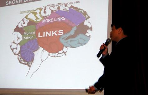 Ông Hà Tuấn Anh trình bày về trường phái ưu tiên phát triển Link trong SEO. Theo ông Tuấn Anh thì Content mới là yếu tố quyết định trong SEO.
